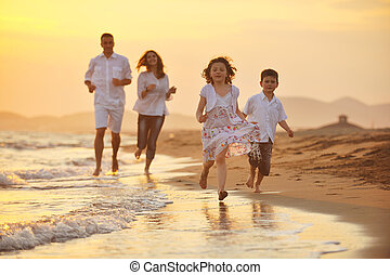 famille, jeune, coucher soleil, amusez-vous, plage, heureux