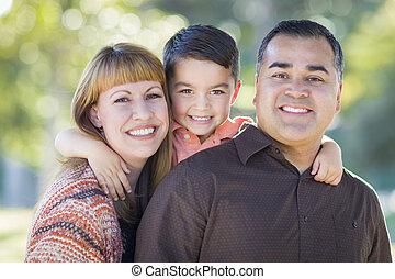 famille, jeune, course, dehors, mélangé, portrait
