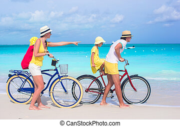 famille, jeune, exotique, bicycles, équitation, plage, heureux