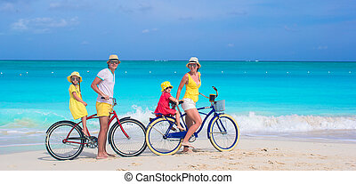 famille, jeune, exotique, bicycles, équitation, plage