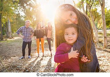 famille, jeune, mélangé, derrière, course, dehors, soeurs, girl