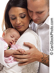 famille, jeune, nouveau né, race mélangée, bébé