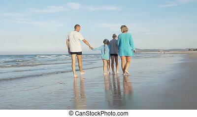 famille, jeune, promenade, rivage, long, heureux