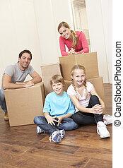 famille, jeune regarder, boîtes, jour mouvement, heureux