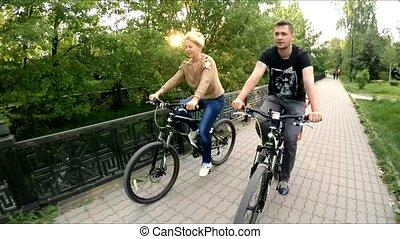 famille, jeune, trois, bicycles, équitation, sentier, long,...