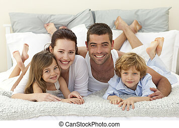 famille, lit, appareil photo, sourire, mensonge, heureux