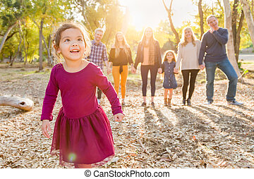 famille, mélangé, derrière, course, dehors, dorlotez fille