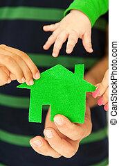 famille, maison, quatre, vert, tenant mains
