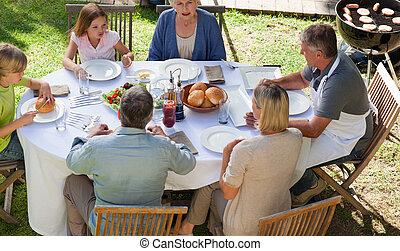 famille manger, dans jardin