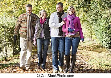famille multi-génération, apprécier, automne, promenade