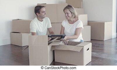 famille, nouveau, appartement, gai, choses, couple, déballage