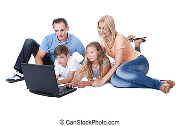 famille, ordinateur portable, deux, utilisation, enfants, heureux