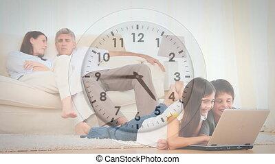 famille, ordinateur portable, horloge, conversation, sur, en mouvement, utilisation, animation, caucasien