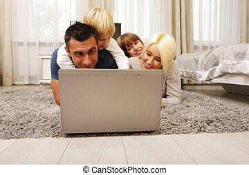 famille, ordinateur portable, maison, moquette, jouer, mensonge, heureux