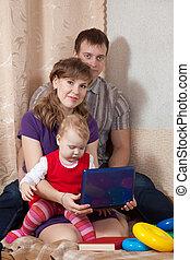famille, ordinateur portable, maison