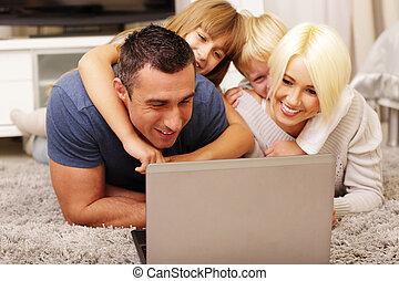 famille, ordinateur portable, maison, utilisation, moquette, mensonge, heureux