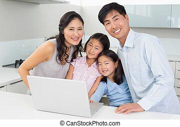 famille, ordinateur portable, quatre, portrait, cuisine, heureux