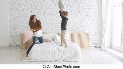 famille, oreiller, maman, heureux, home., lit, crèche, fils, avoir, rigolote, baston
