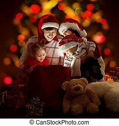 famille, ouverture, chapeaux, quatre personnes, éclairage, sac, rouges, heureux