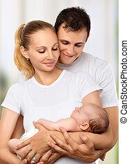 famille, père, jeune, bras, nouveau né, leur, embrasser, mère, bébé, heureux