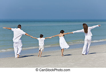 famille, père, tenant mains, mère, plage, enfants