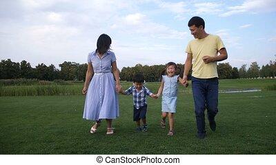 famille, parc, courant, asiatique, tenant mains