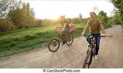 famille, parc, jeune, bicycles, vert, équitation, heureux