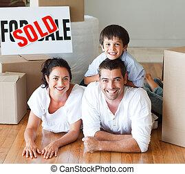 famille, plancher, maison, après, appareil photo, sourire, achat