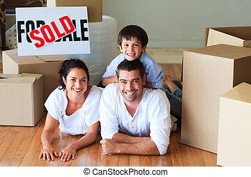 famille, plancher, maison, leur, boîtes, nouveau, mensonge
