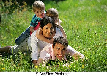 famille, pose, ensemble, dans parc