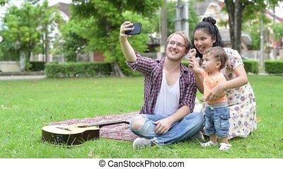 famille, prendre, ensemble, multi-ethnique, dehors, portrait, selfie, heureux