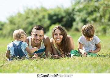 famille quatre, dans, herbe, à, parc