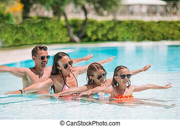 famille, quatre, dehors, piscine, heureux