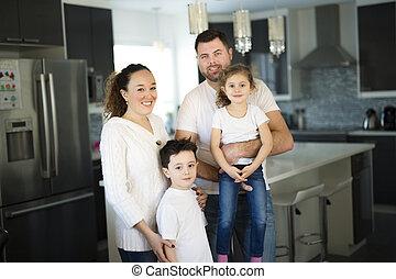 famille, quatre, maison portrait, heureux, cuisine