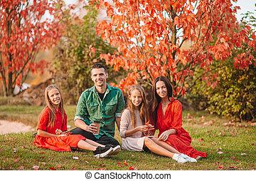 famille, quatre, portrait, automne, heureux