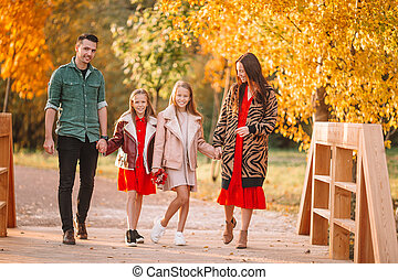 famille, quatre, portrait, jour, automne, heureux