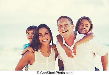 famille, race mélangée, dehors, amusement, avoir, heureux