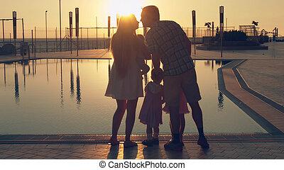 famille, reflété, surface, admirer, coucher soleil, trois enfants, piscine, heureux