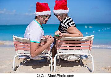 famille, séance, chapeaux, deux, santa, chaise, plage