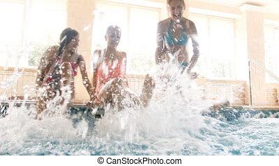 famille, séance, métrage, leur, en mouvement, 4k, poolside, jambes, heureux