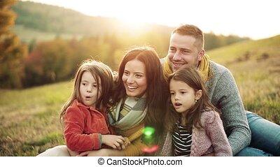 famille, séance, nature., deux, jeune, automne, petit, herbe, enfants
