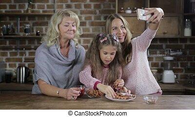 famille, selfie, gai, poser, table, cuisine