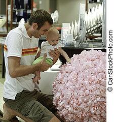 famille, shopping., jeune père, et, sien, fille, dans, les, mall., il, spectacles, a, énorme, bouquet floral