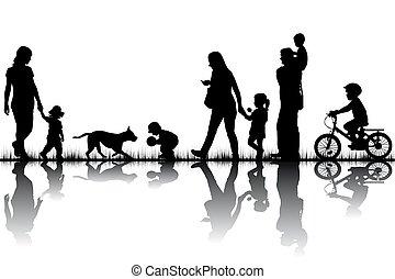 famille, silhouettes, dans, nature