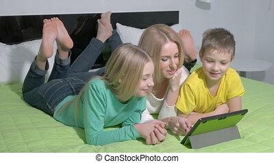 famille, tablette, jeune, séduisant, chambre à coucher, utilisation