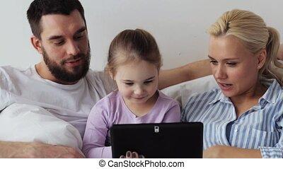 famille, tablette, lit, pc, maison, heureux