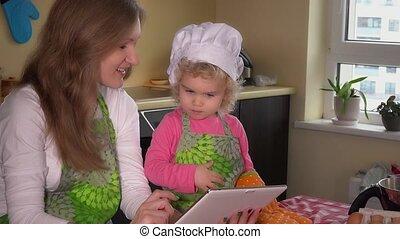 famille, tablette, recette, filles, regarder, informatique, internet, gâteau, agréable
