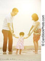 famille, tenant mains, sur, littoral