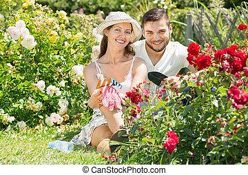 famille travaillante, jardin, heureux
