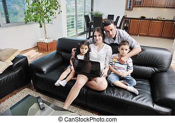 famille travaillante, ordinateur portable, jeune, amusez-vous, maison, heureux